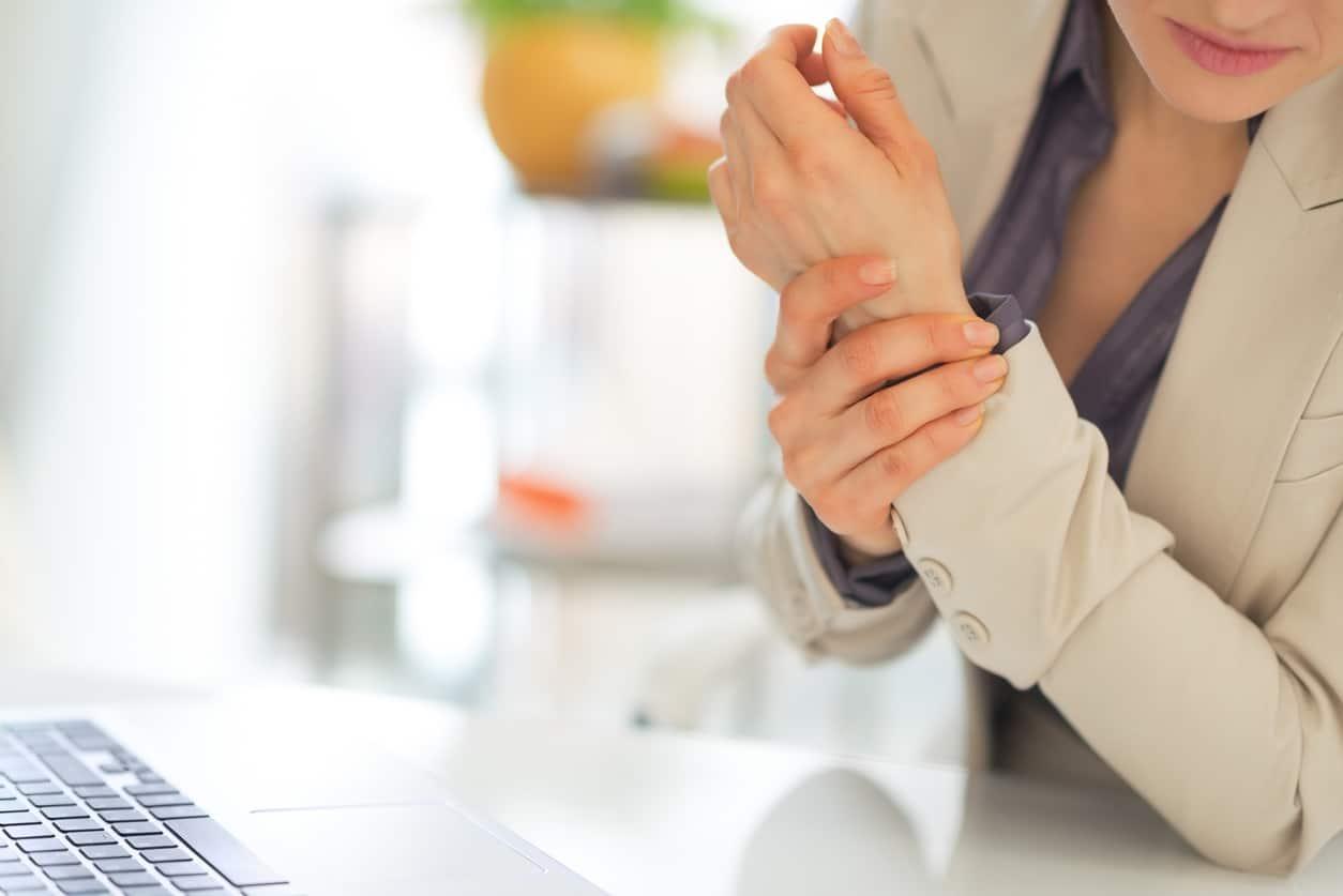 ปวดนิ้วโป้งและข้อมือทุกครั้งที่ขยับไปมา อาจเป็นอาการเอ็นข้อมืออักเสบ!