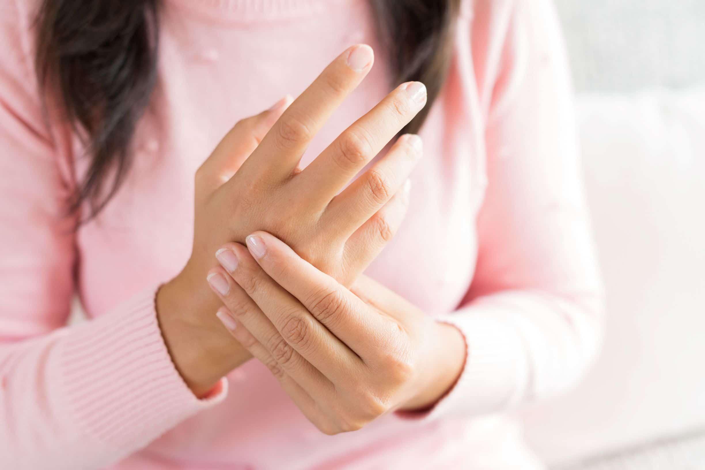 อาการนิ้วล็อคเกิดจากอะไร? ทำไมเป็นแล้วงอนิ้วไม่ได้เลย