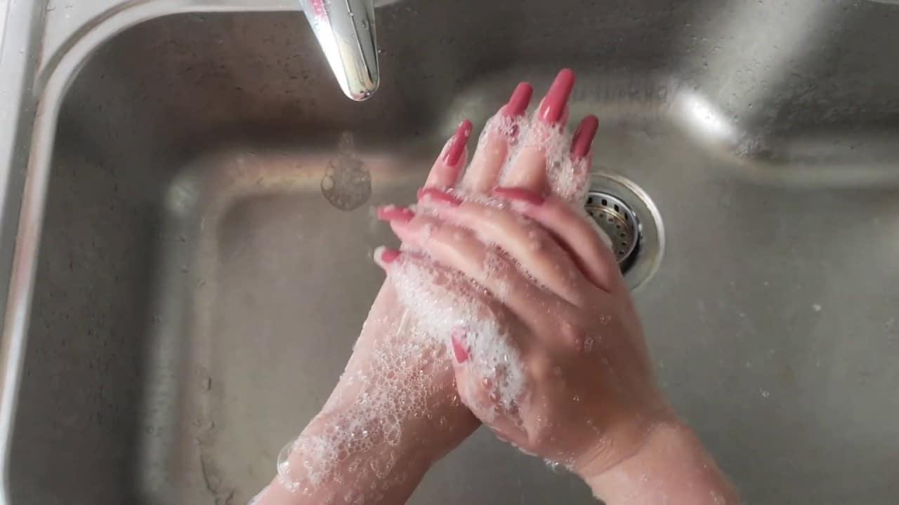 ล้างมือบ่อยครั้ง ระวังเล็บเปราะบางได้นะ!